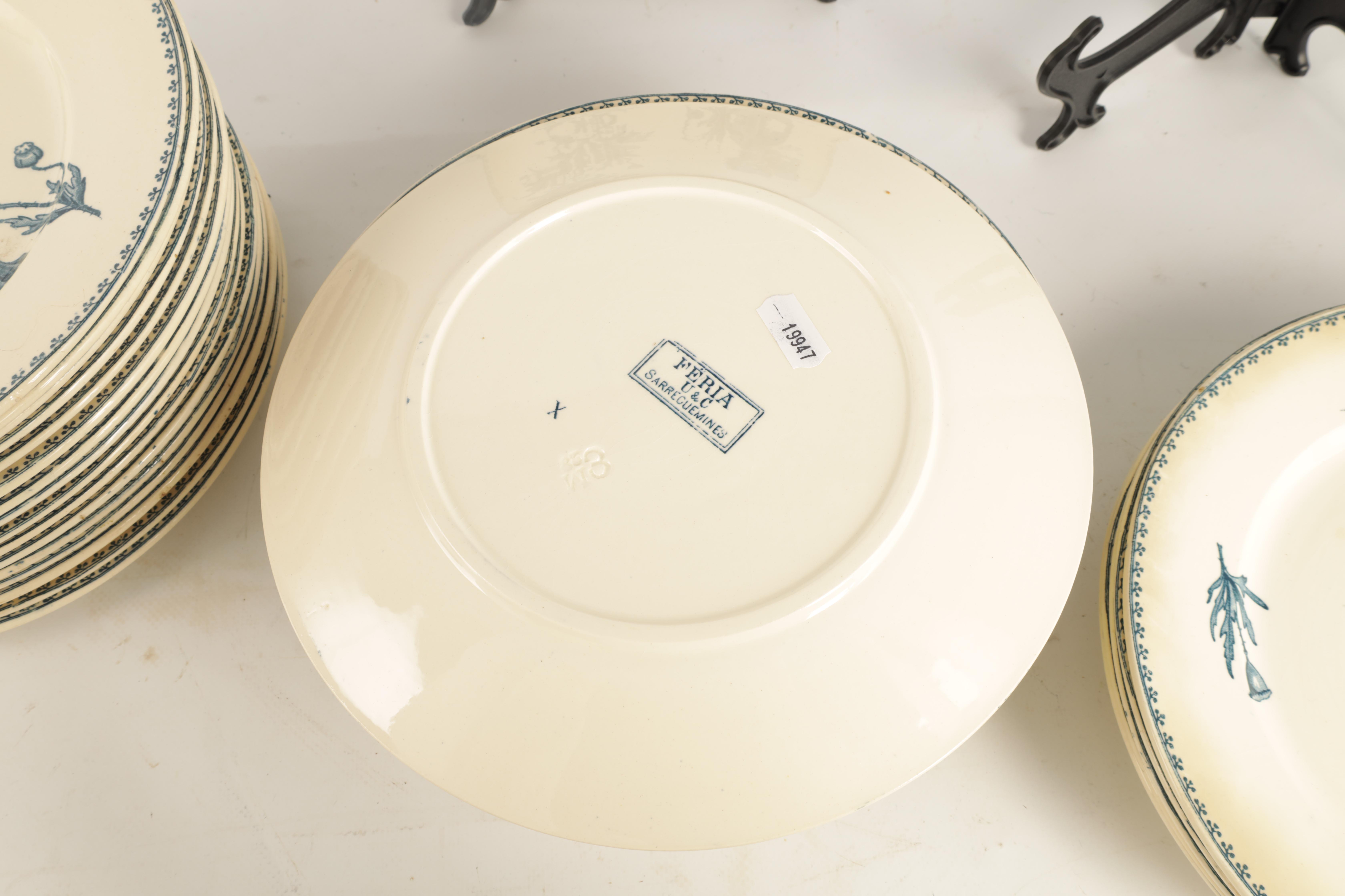 A SET OF 31 20TH CENTURY FRENCH FAIENCE U&C SARREGUEMINES FERIA DINNER PLATES with flower spray - Image 4 of 5