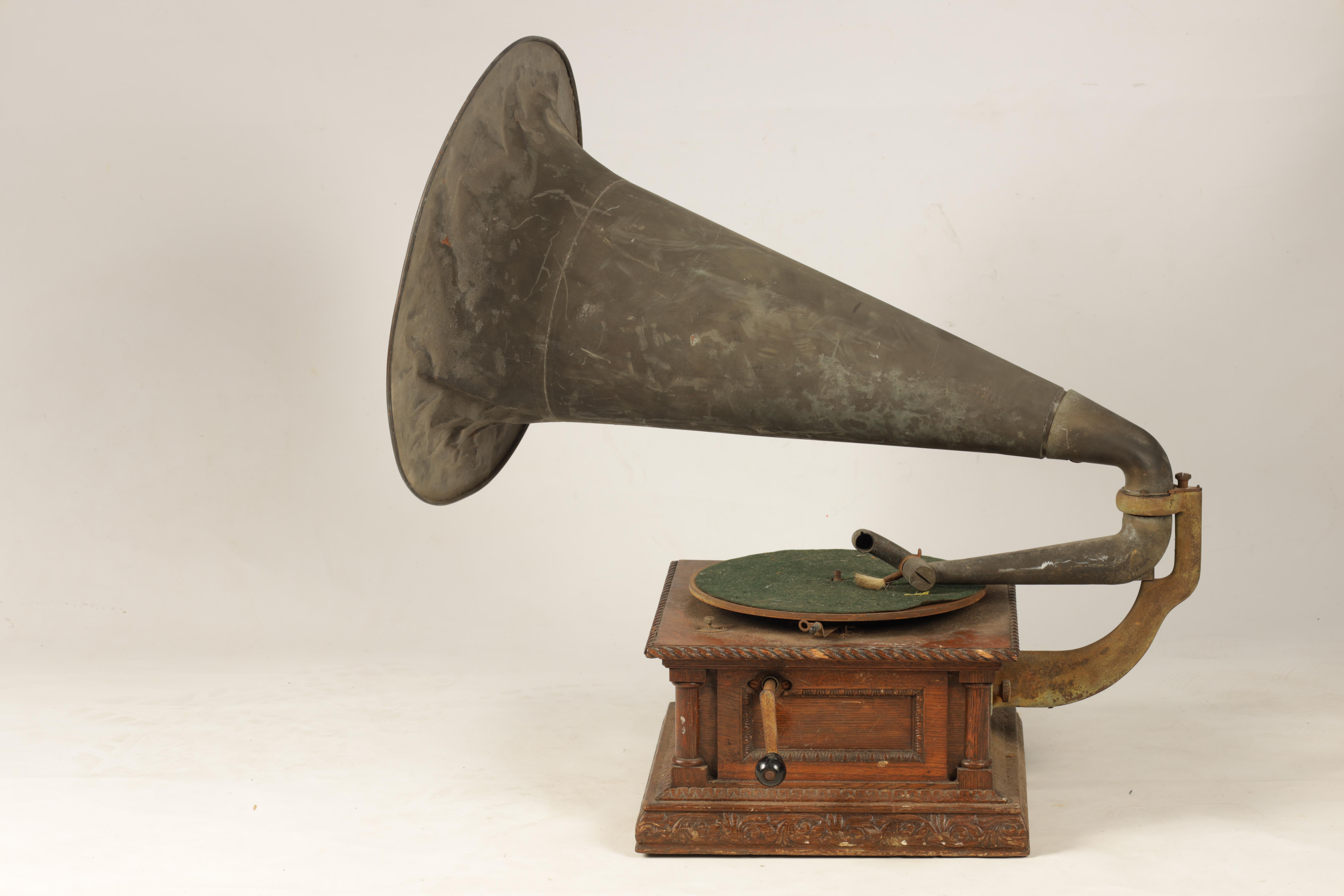 AN EARLY 20TH CENTURY OAK CASED HORN GRAMOPHONE, BY THE GRAMOPHONE & TYPEWRITER LTD having a - Image 2 of 8