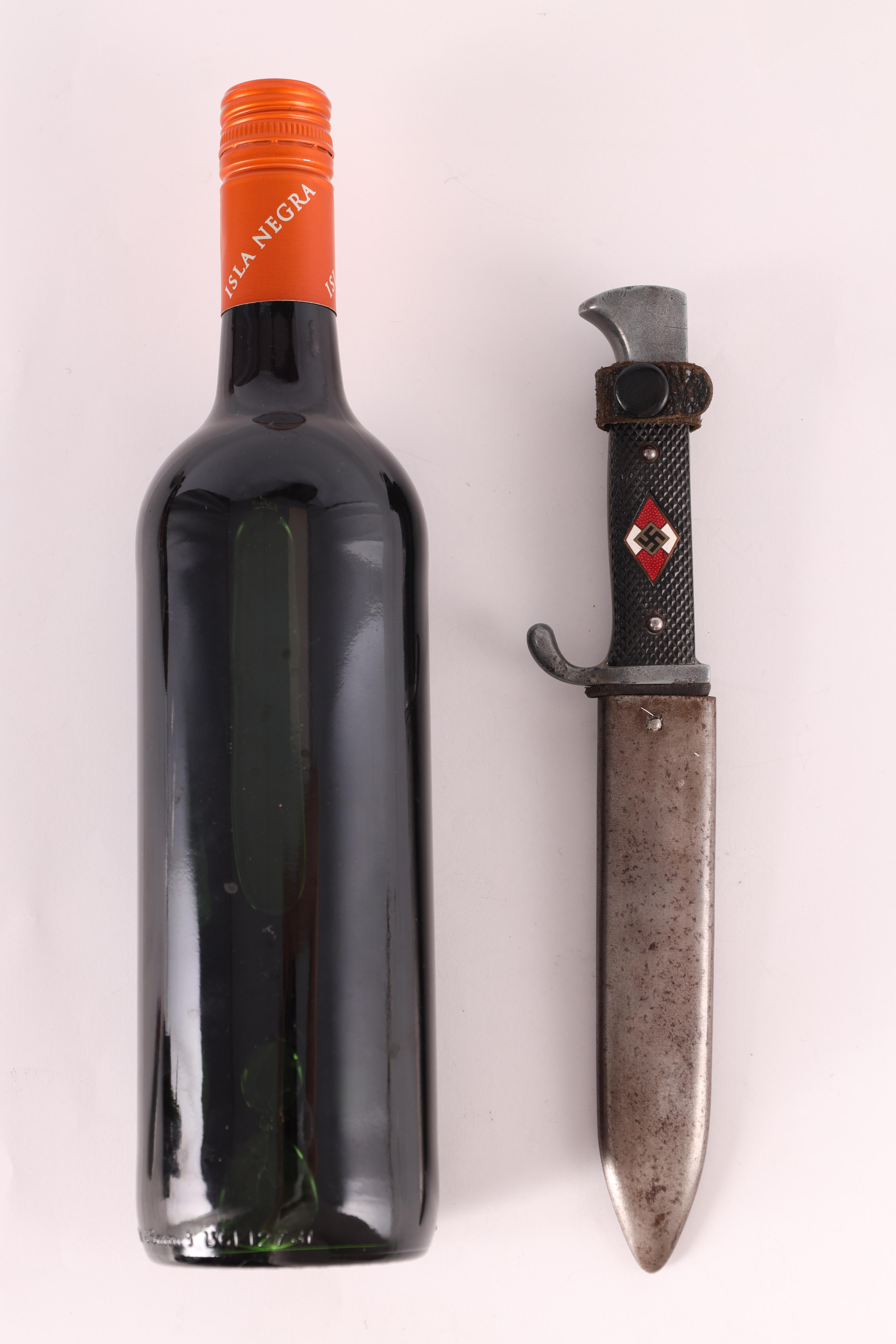 A WORLD WAR II GERMAN NAZI HITLER YOUTH DAGGER with checkered grip set with an enamel swastika - Image 2 of 7