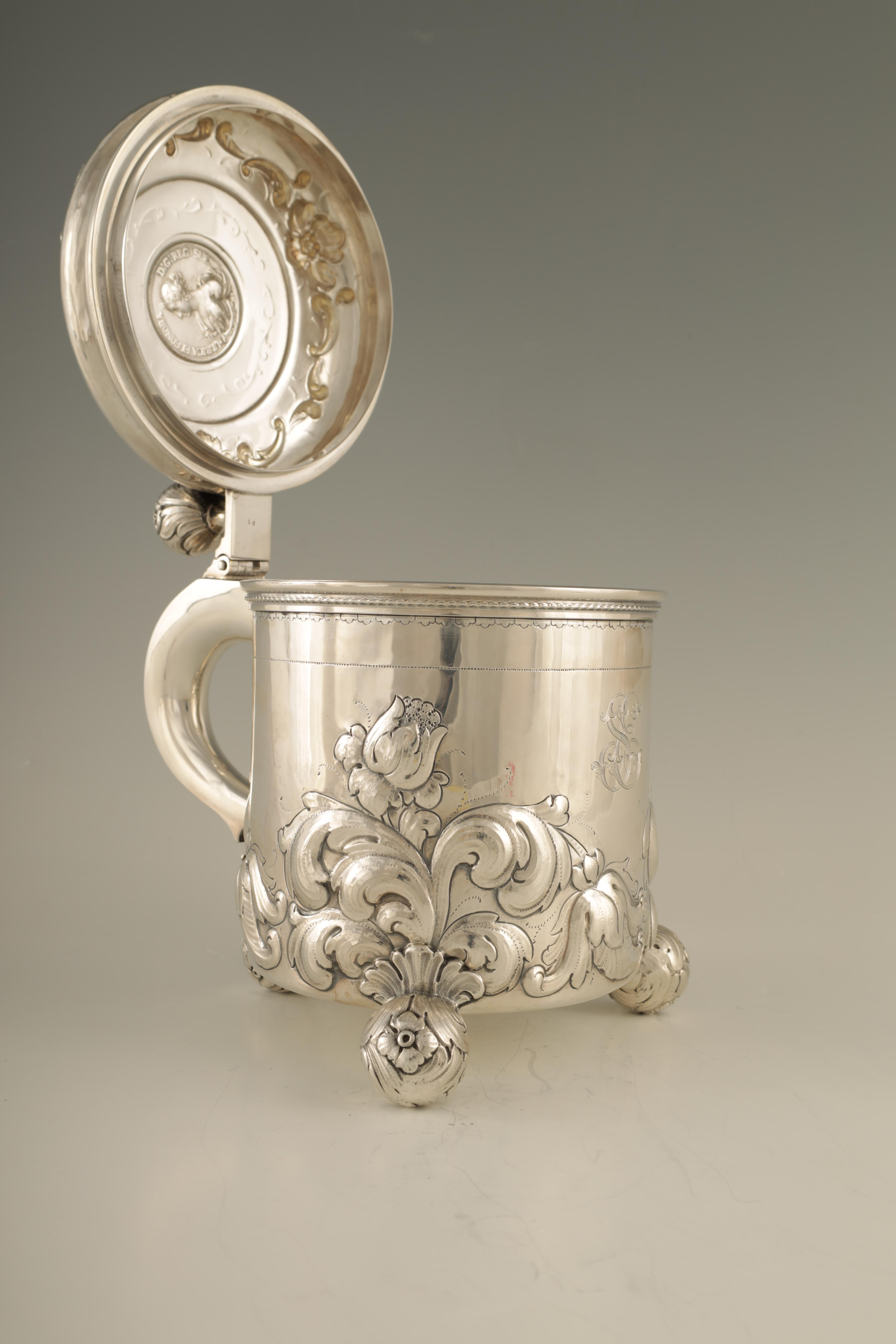 AN IMPRESSIVE EARLY 20TH CENTURY SWEDISH SILVER TANKARD with embossed ball finial to the hinged - Image 3 of 8