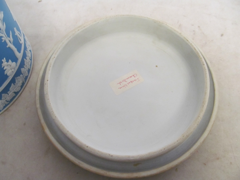 An opaque glass punch bowl and cover (one handle missing) with ladle and a Jasperware style cheese - Bild 4 aus 8