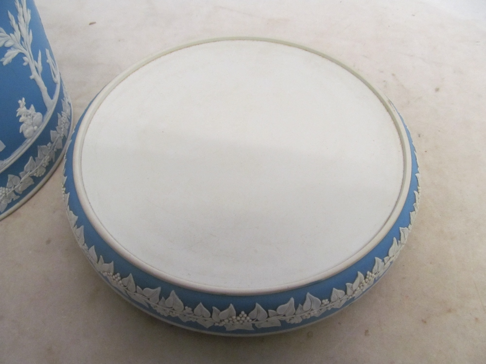 An opaque glass punch bowl and cover (one handle missing) with ladle and a Jasperware style cheese - Bild 3 aus 8