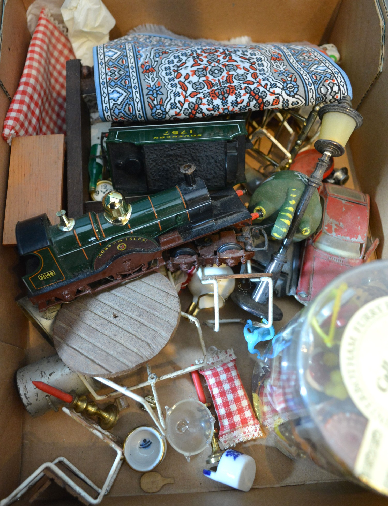 A large collection of dolls house furniture and accessories - Image 2 of 2