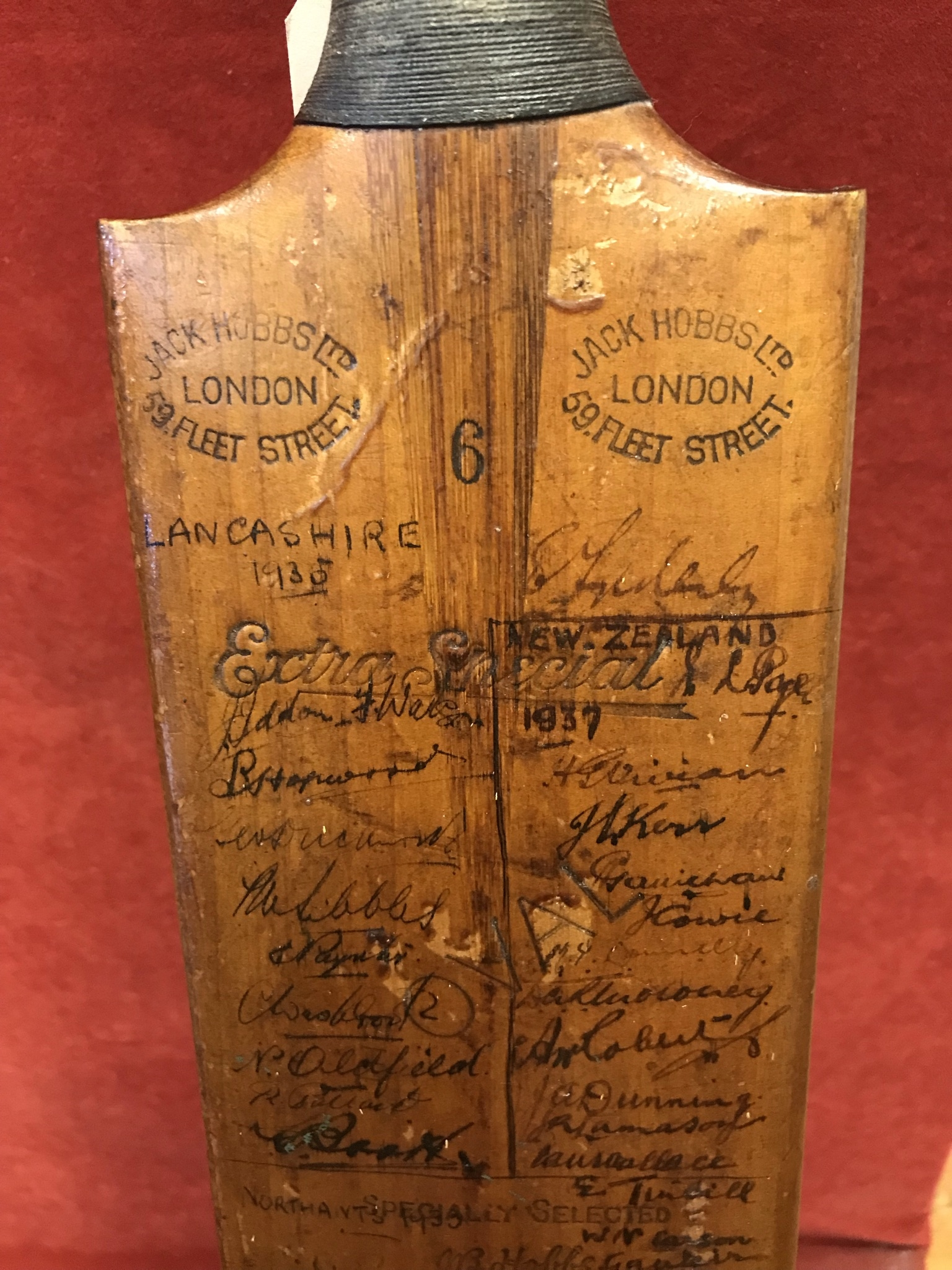 A Hobbs No 6 Cricket Bat autographed with 1934 Australia including Bradman, Chipperfield, O' - Image 6 of 7