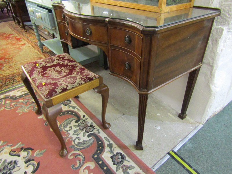 GEORGIAN DESIGN MAHOGANY SERPENTINE FRONTED KNEEHOLE DRESSING TABLE, 5 drawers with brass ring - Image 2 of 2