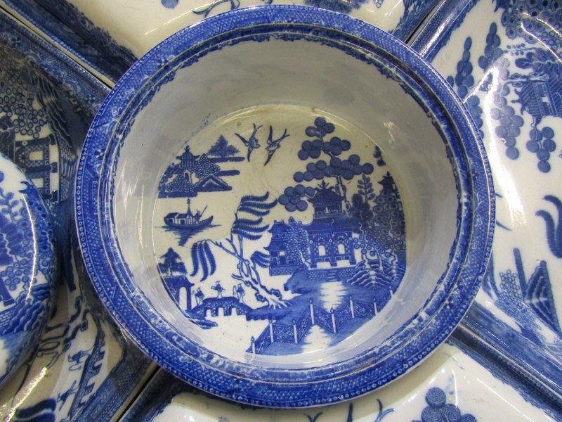 WILLOW PATTERN, Victorian Willow pattern circular section hor d'oeuvres dish service with circular - Image 2 of 3