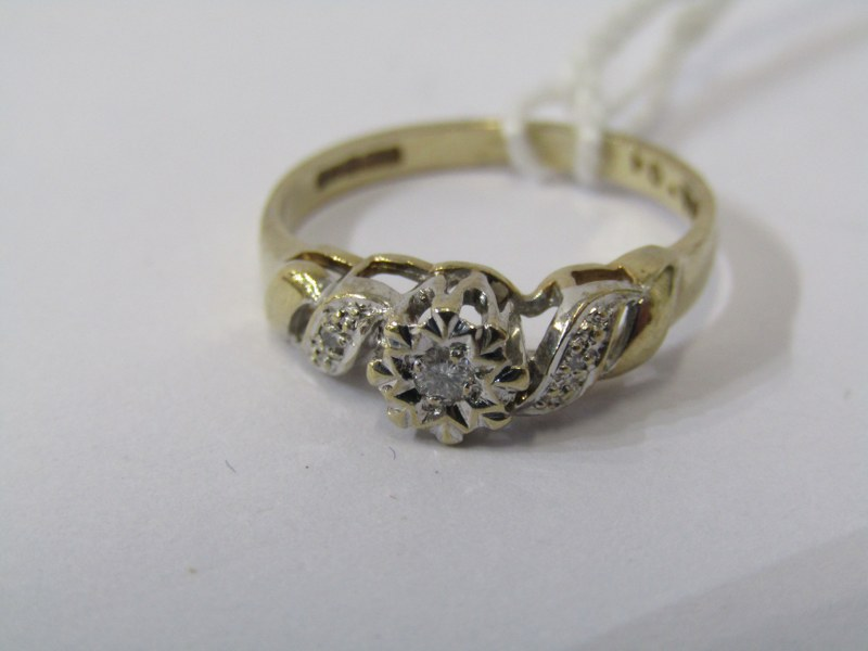 9CT YELLOW GOLD DAIMOND SOLITAIRE RING, principal illusion set diamond with accent diamonds to