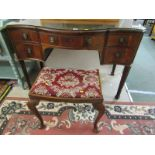 GEORGIAN DESIGN MAHOGANY SERPENTINE FRONTED KNEEHOLE DRESSING TABLE, 5 drawers with brass ring
