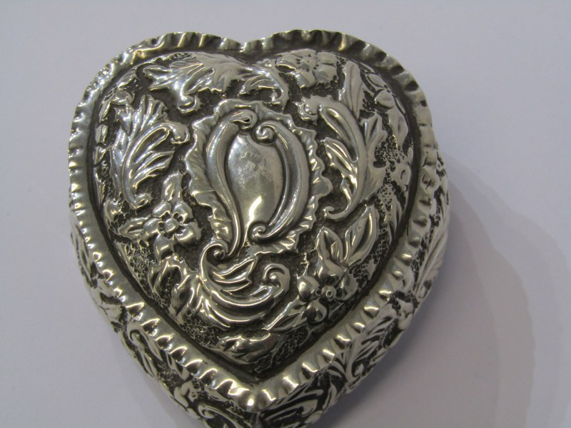 """A SILVER HEART SHAPED BOX, with foliate engraved decoration, Birmingham 1876, 3"""" (8cms) length, 78 - Image 3 of 4"""