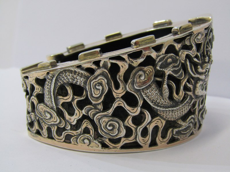CHINESE SILVER HORSE SHOE TRINKET STAND, by Wang Hing, decorated with oriental dragons, quality - Image 2 of 4
