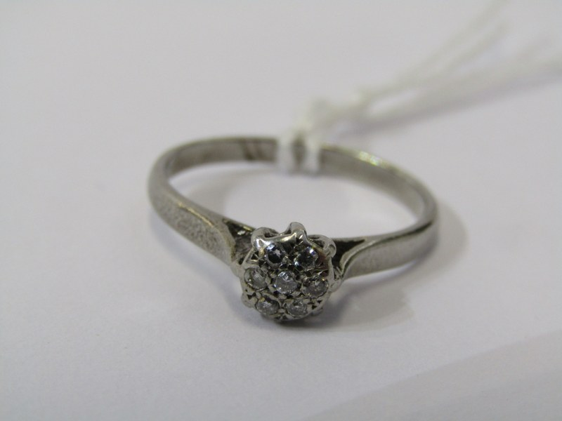 9CT WHITE GOLD DIAMOND SOLITAIRE STYLE RING, cluster of illusion set diamonds to give the appearance