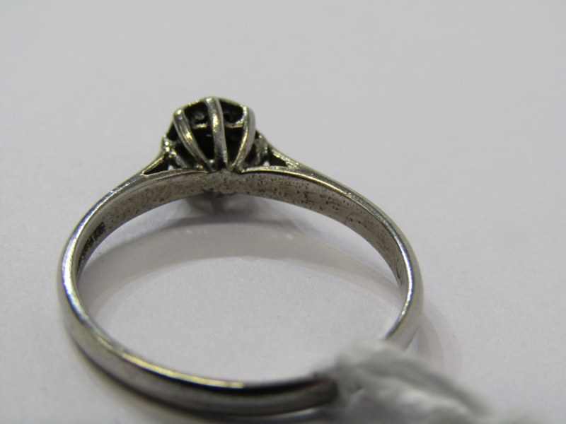 9CT WHITE GOLD DIAMOND SOLITAIRE STYLE RING, cluster of illusion set diamonds to give the appearance - Image 3 of 3