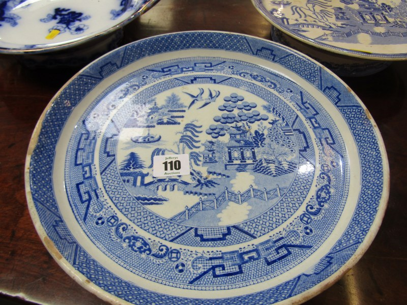 WILLOW PATTERN, 2 Victorian Willow pattern comports and 2 other stands (some damage) - Image 4 of 5
