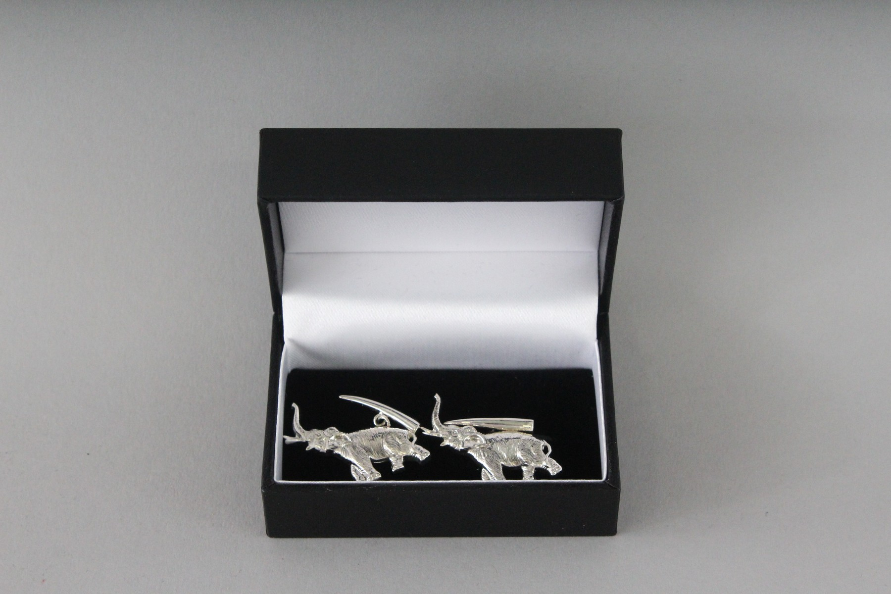 A PAIR OF SILVER ELEPHANT CUFFLINKS. - Image 3 of 3