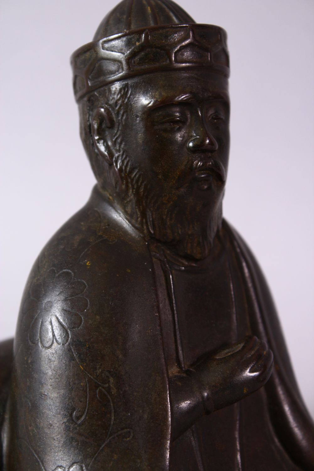 AN 18TH/19TH CENTURY BRONZE SEATED FIGURE OF A SCHOLAR, on a square base, 17cm high. - Image 3 of 6