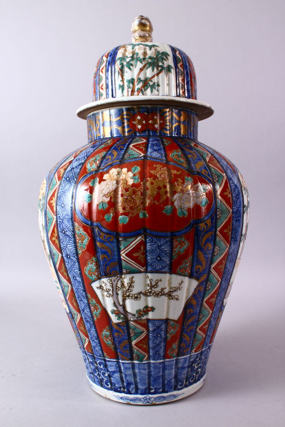 A LARGE IMARI VASE AND COVER, the ribbed body painted with panels of flowers and figures, the - Image 4 of 9
