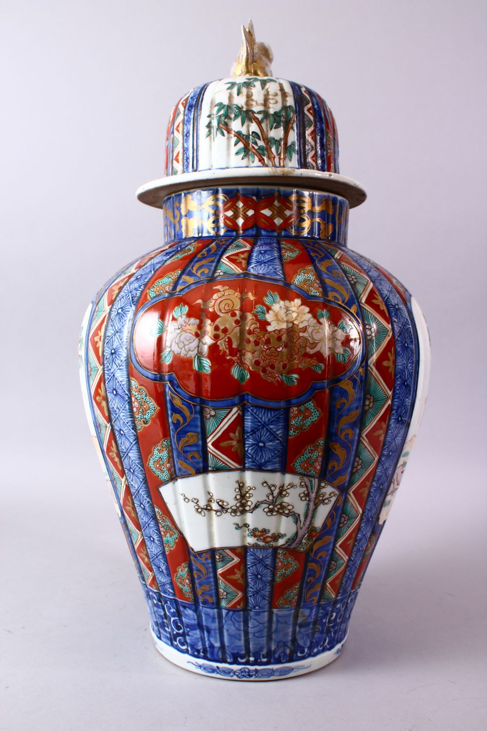 A LARGE IMARI VASE AND COVER, the ribbed body painted with panels of flowers and figures, the - Image 6 of 9