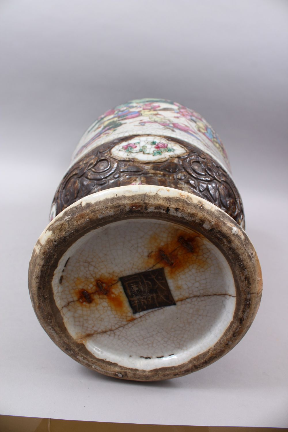 A 19TH CENTURY CHINESE FAMILLE ROSE CRACKLE GLAZED PORCELAIN VASE, painted with a battle scene, - Image 7 of 8