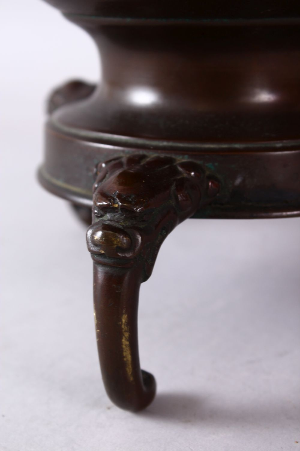 A 19TH CENTURY JAPANESE BRONZE TWO HANDLED VASE on three curving legs, with large circular top - Image 3 of 6