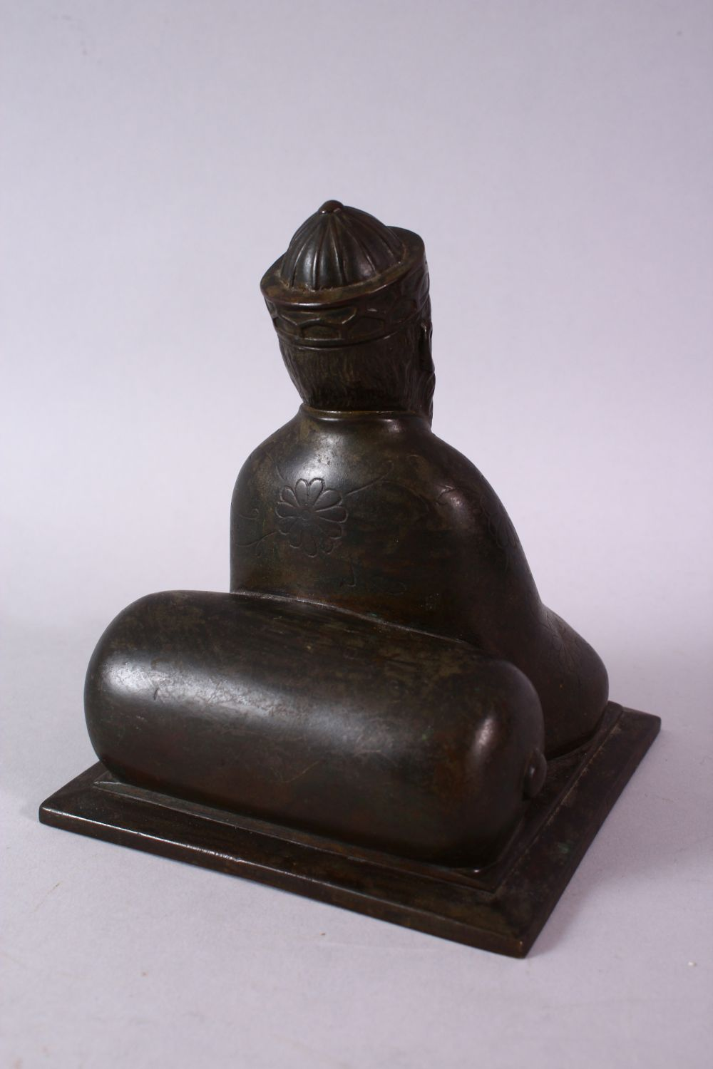 AN 18TH/19TH CENTURY BRONZE SEATED FIGURE OF A SCHOLAR, on a square base, 17cm high. - Image 4 of 6