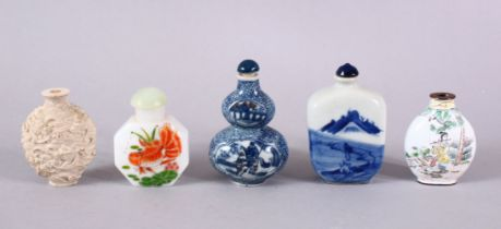 A MIXED LOT OF 5 CHINESE SNUFF BOTTLES, two blue & white porcelain, both with marks to base, one