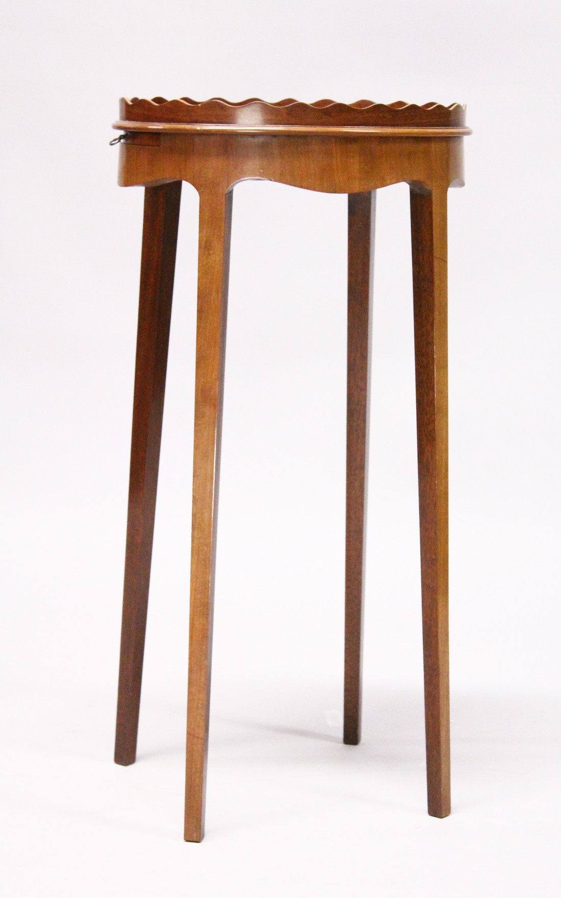 A GEORGIAN STYLE SATINWOOD AND MAHOGANY OVAL URN STAND on tapering legs. 1ft 2ins wide, 2ft 4ins