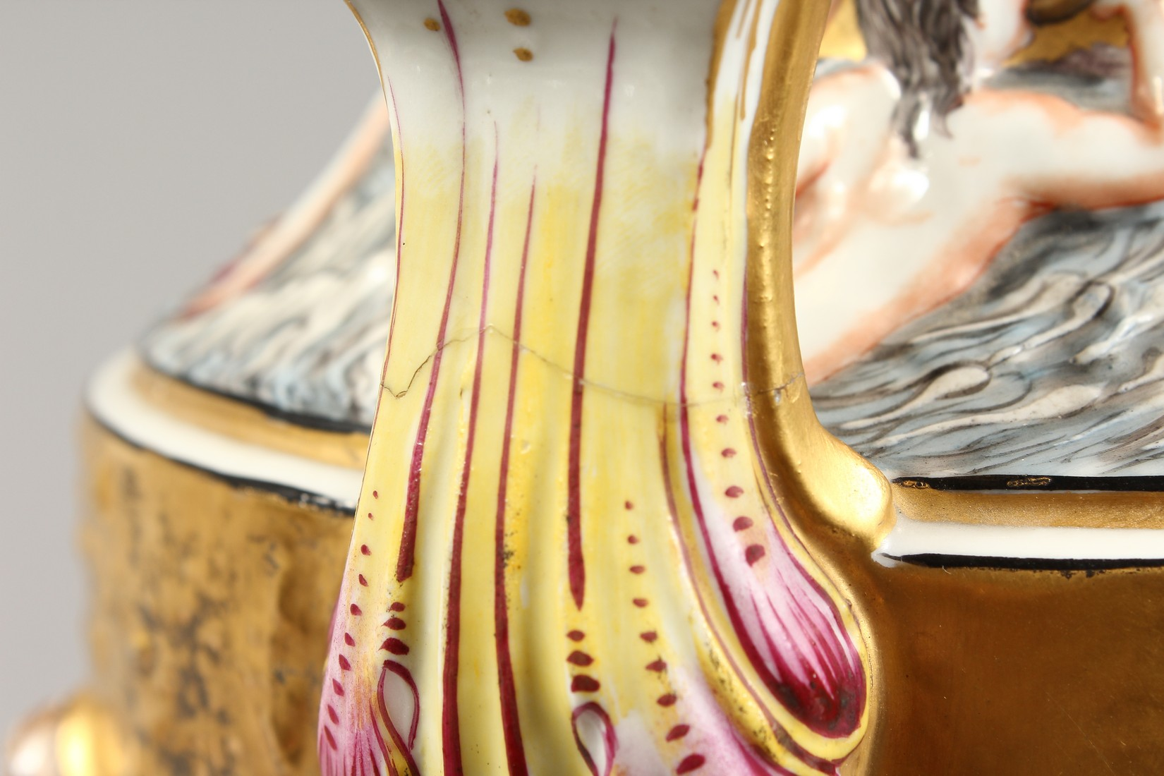 A SUPERB LARGE CAPODIMONTE TWO HANDLED URN SHAPE VASE AND COVER with gilt ground, with classical - Image 7 of 17