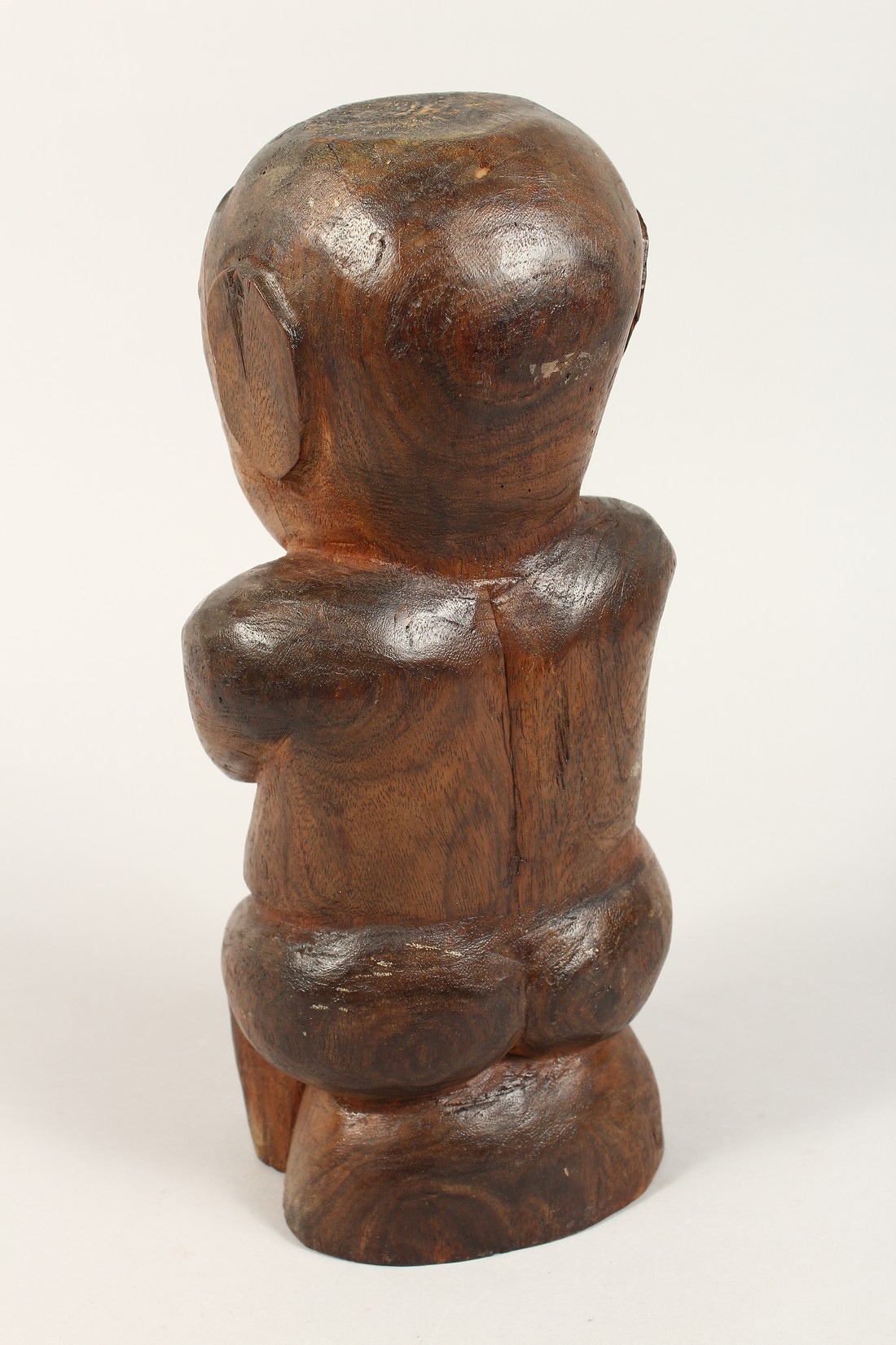 A CARVED WOOD POLYNESIAN FIGURE 18ins high - Image 2 of 4