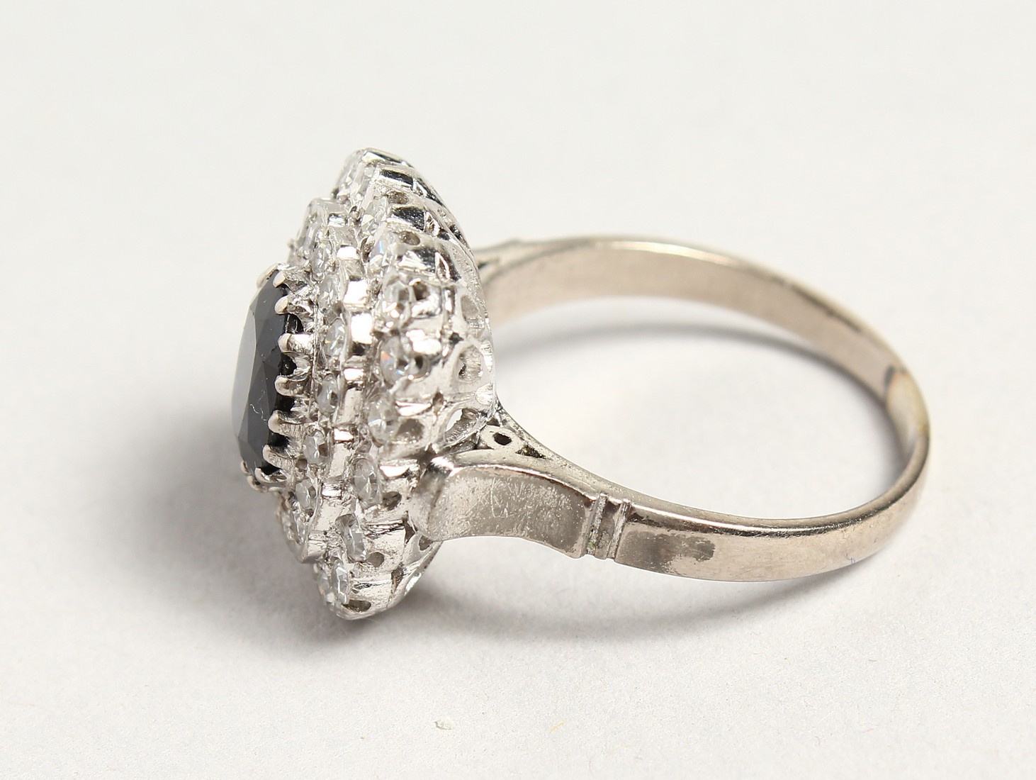 A SUPERB 18CT WHITE GOLD SAPPHIRE AND DIAMOND CLUSTER RING. - Image 5 of 6