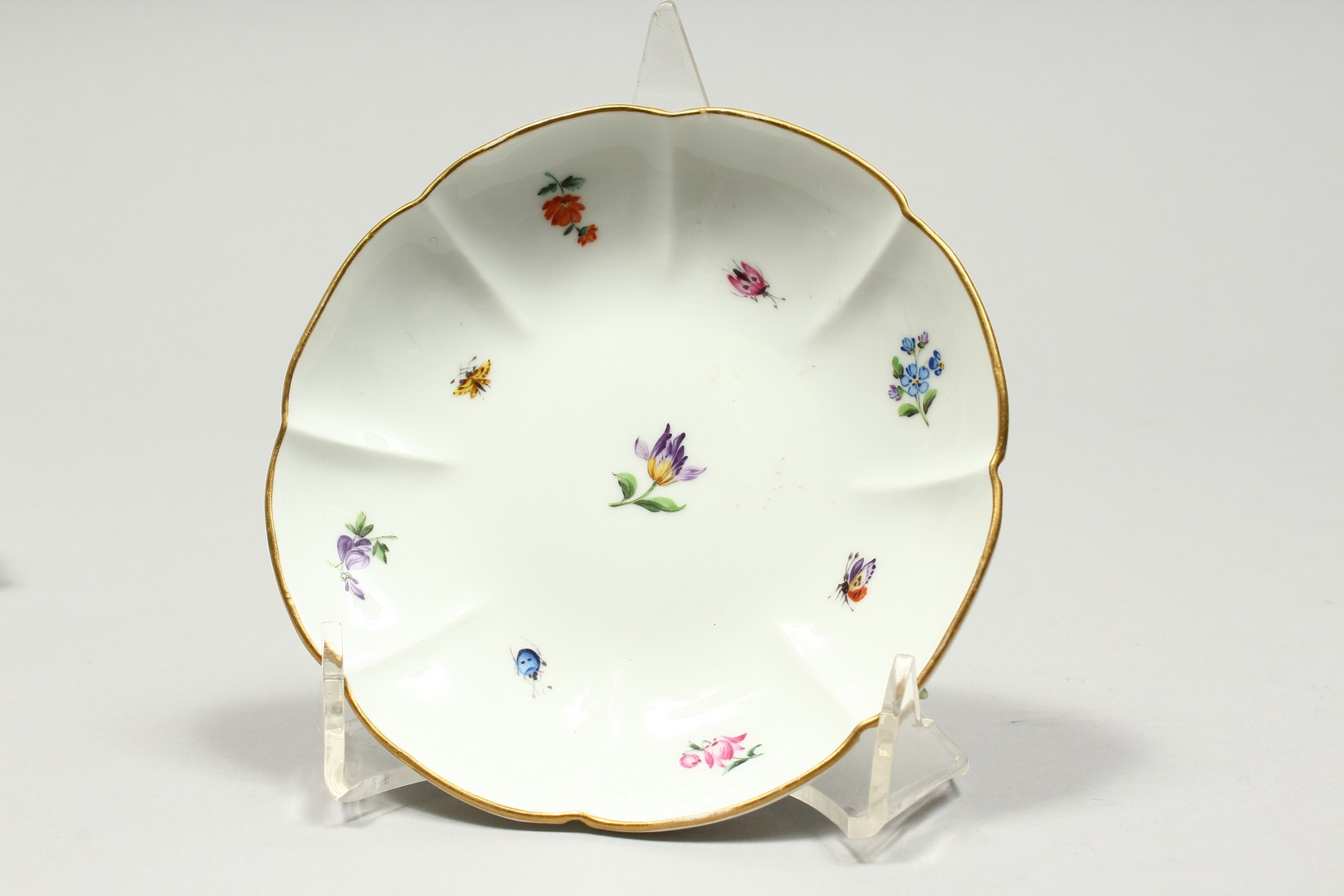 TWO MEISSEN PORCELAIN CUPS AND SAUCERS AND A SAUCER, encrusted with flowers and painted with - Image 10 of 16