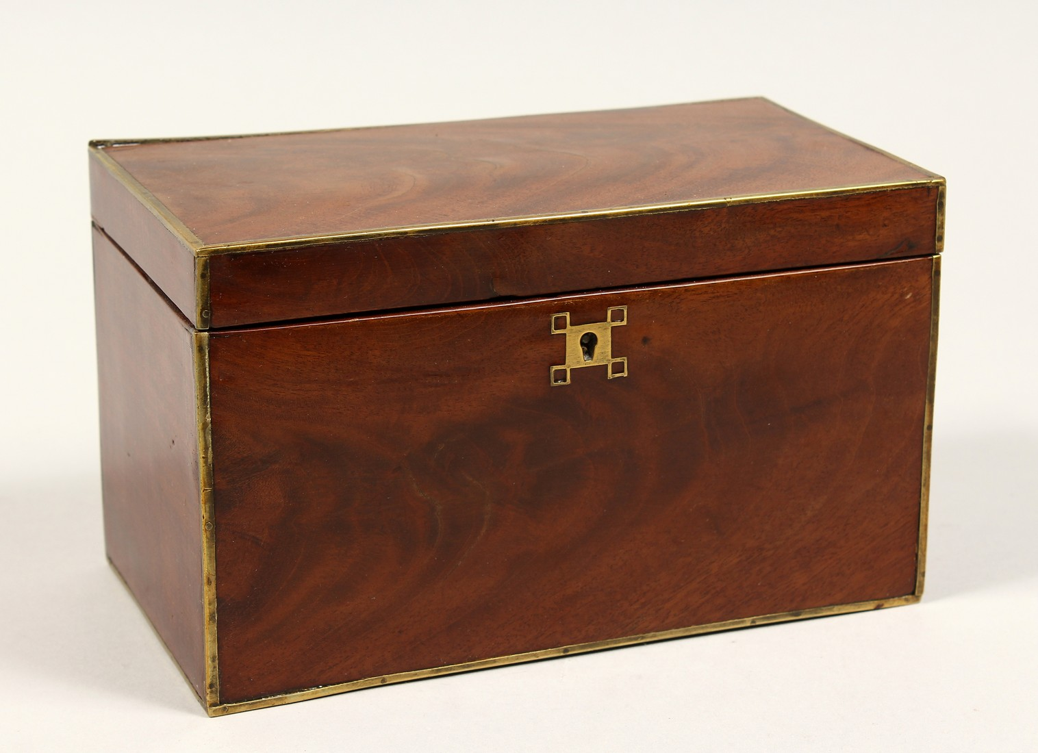 A REGENCY MAHOGANY TWO DIVISION TEA CADDY with brass stringing. 8ins long