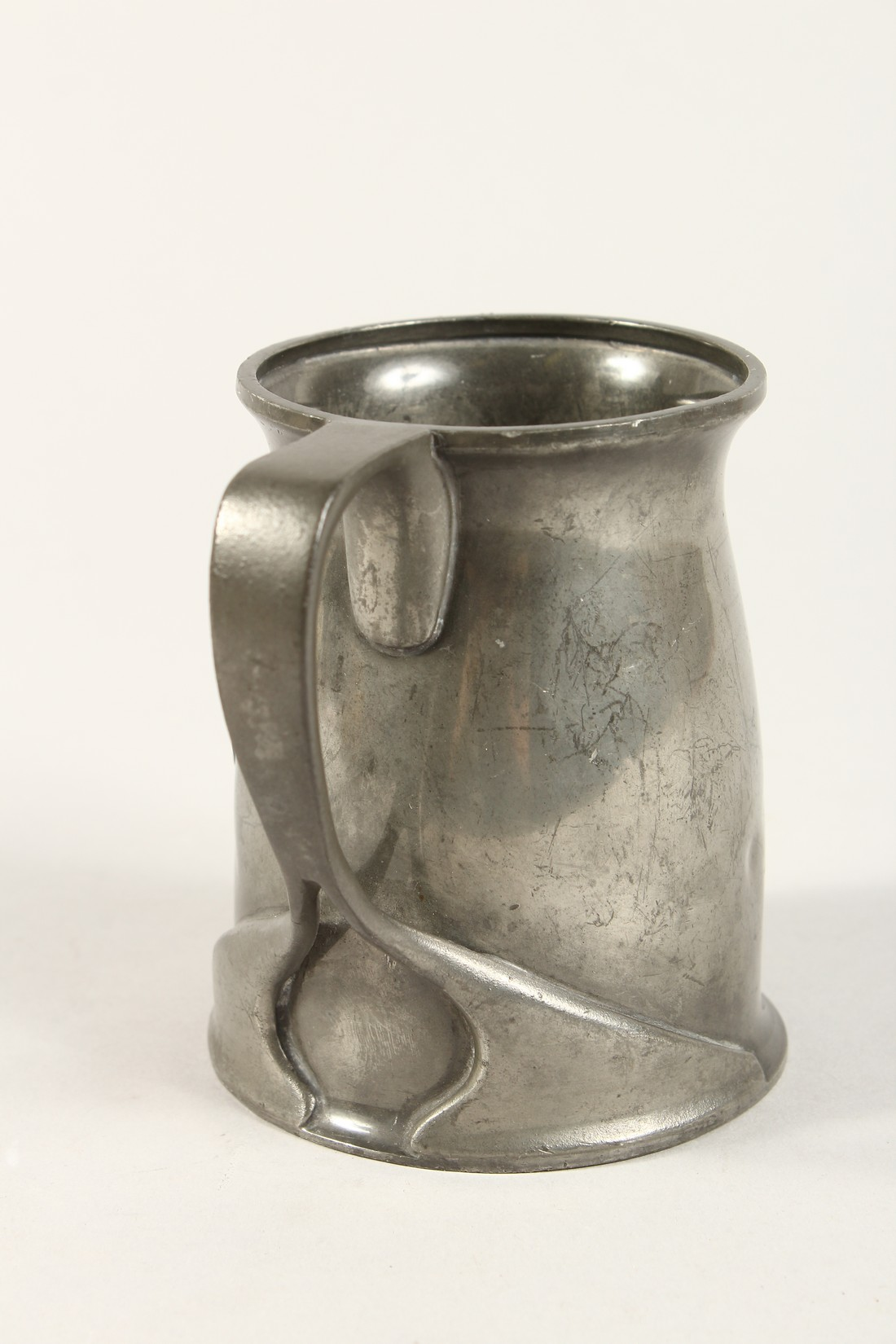 A TUDRIC ARCHIBALD KNOX PEWTER TANKARD with an oval of a golfer No. 066 4.25ins high. - Image 3 of 6