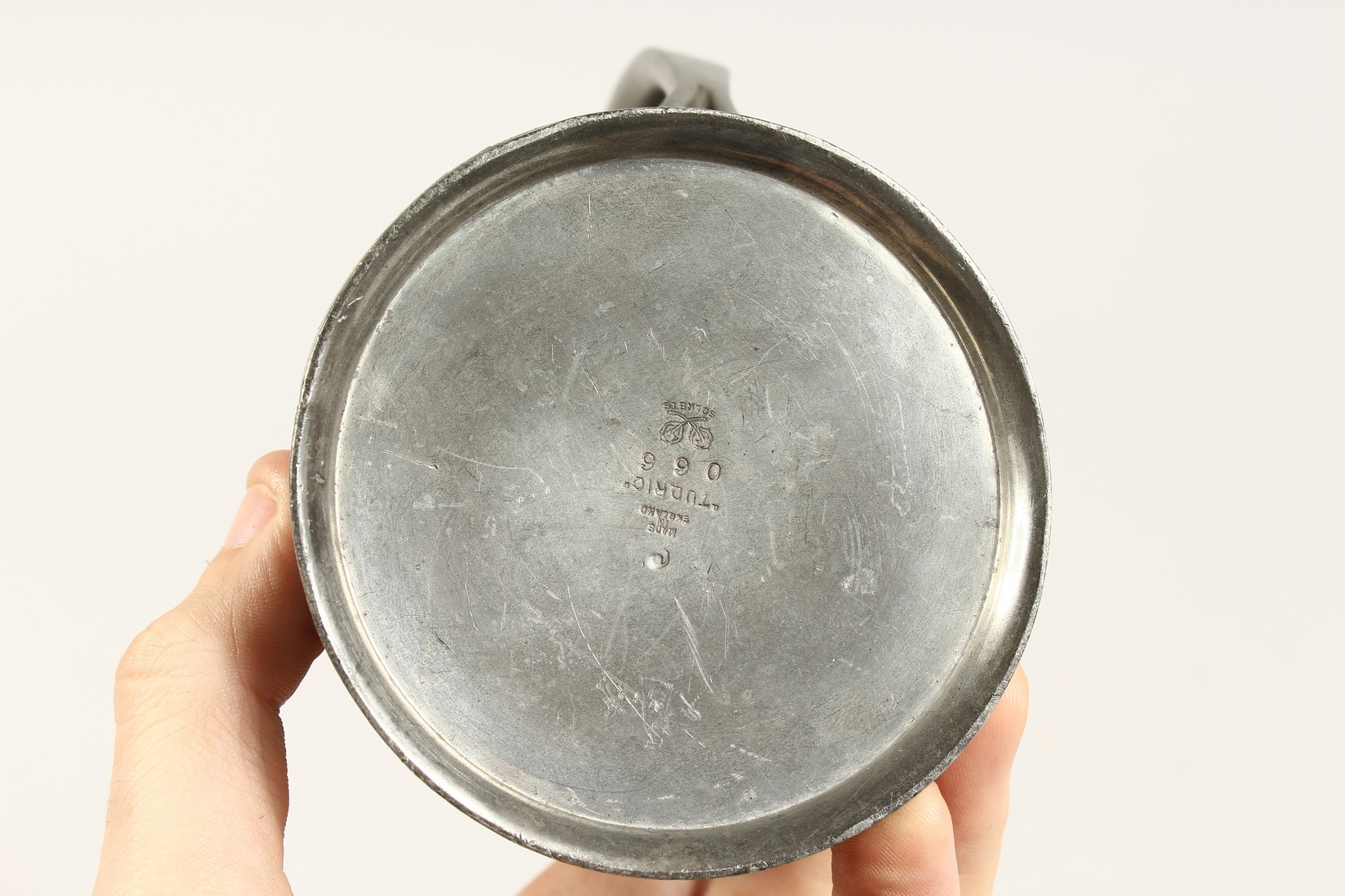 A TUDRIC ARCHIBALD KNOX PEWTER TANKARD with an oval of a golfer No. 066 4.25ins high. - Image 5 of 6