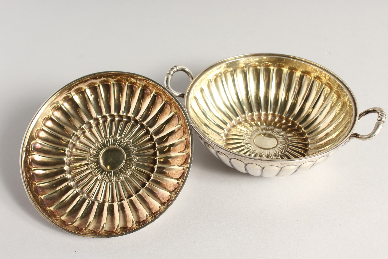 A GEORGE II SILVER CIRCULAR TWO HANDLED ECULLE and cover with fluted decorations. 5.5ins diameter - Image 4 of 7