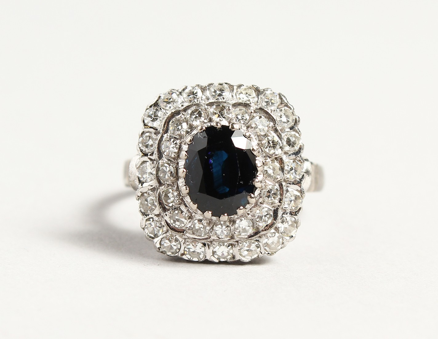 A SUPERB 18CT WHITE GOLD SAPPHIRE AND DIAMOND CLUSTER RING.