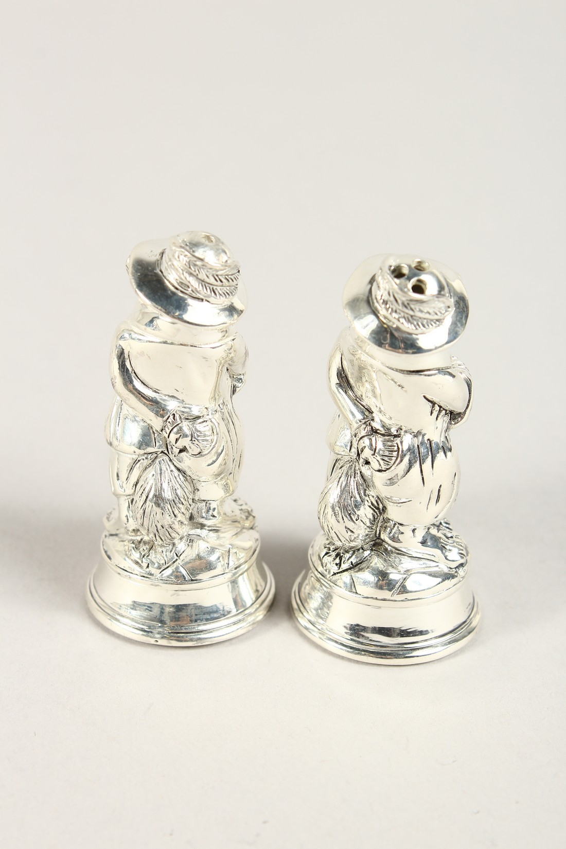 A PAIR OF SILVER PLATE FOX SALT AND PEPPERS - Image 2 of 4