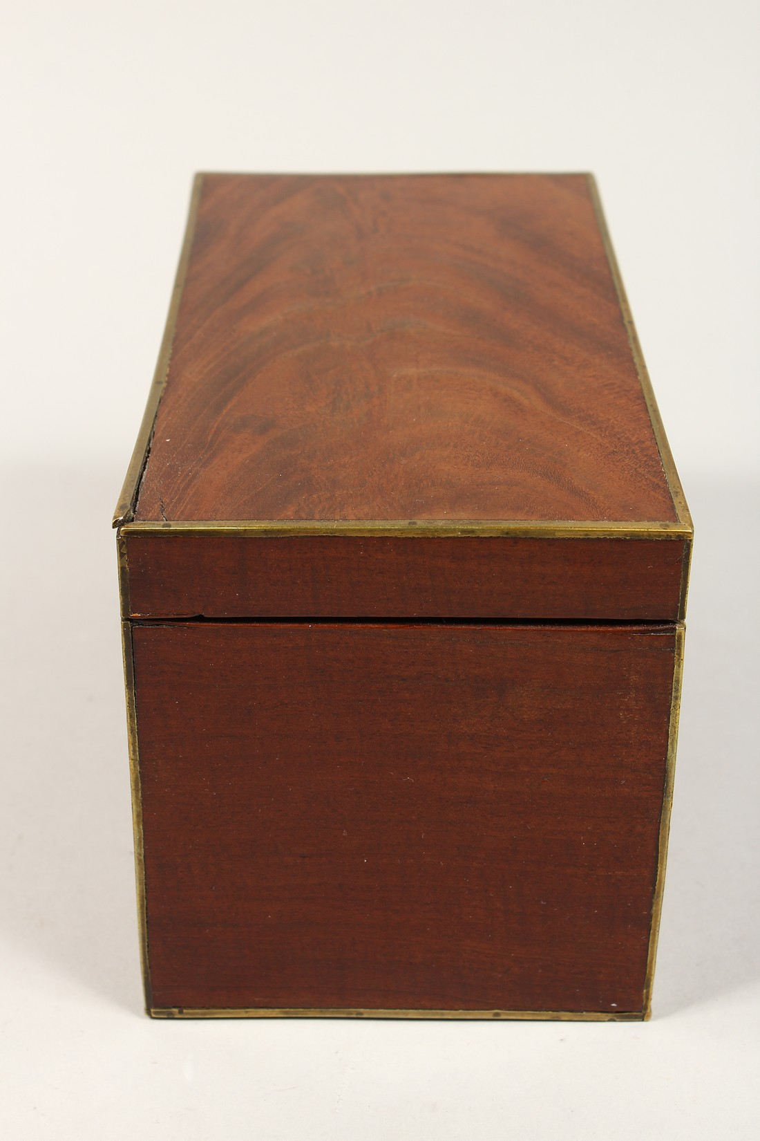 A REGENCY MAHOGANY TWO DIVISION TEA CADDY with brass stringing. 8ins long - Image 4 of 7