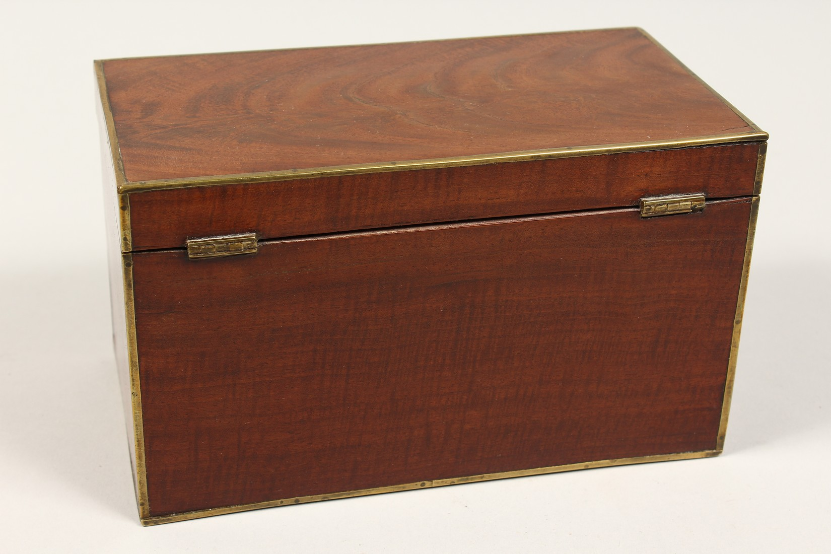 A REGENCY MAHOGANY TWO DIVISION TEA CADDY with brass stringing. 8ins long - Image 3 of 7
