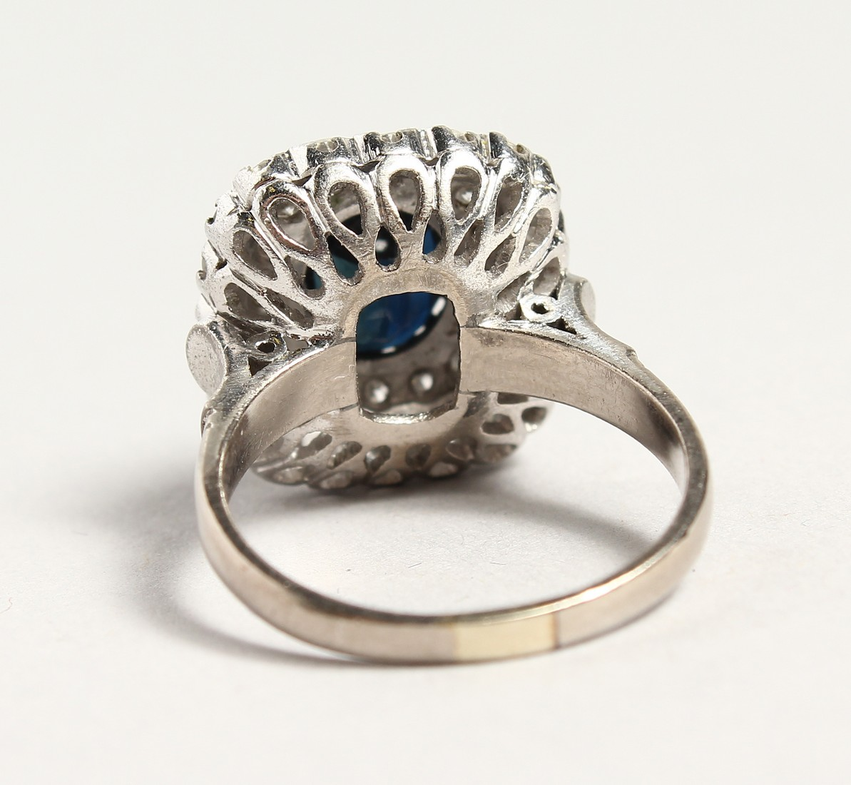 A SUPERB 18CT WHITE GOLD SAPPHIRE AND DIAMOND CLUSTER RING. - Image 6 of 6