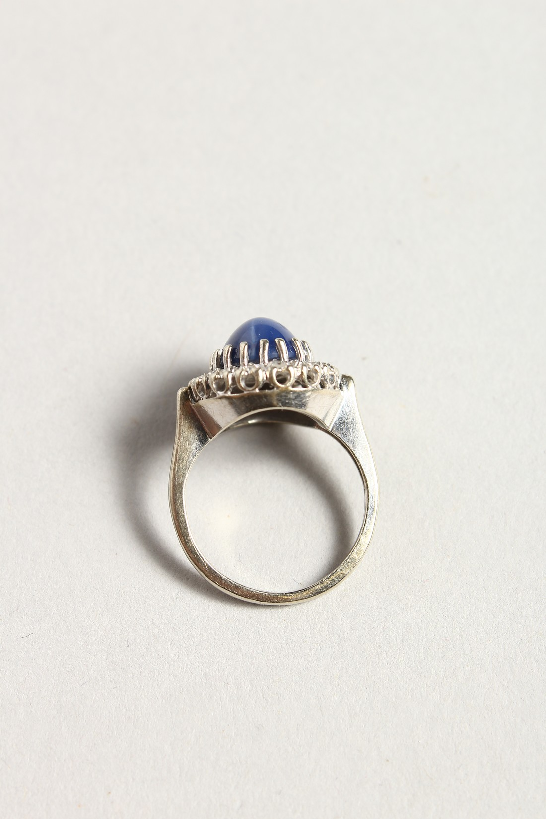 A GOLD CARBOUCHON SAPPHIRE AND DIAMOND RING - Image 3 of 4