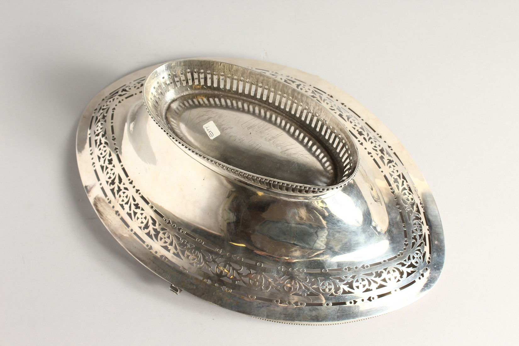 A FINE GEORGE III SILVER CAKE BASKET by HESTER BATEMAN with bead edges and swing handles. London - Image 5 of 5