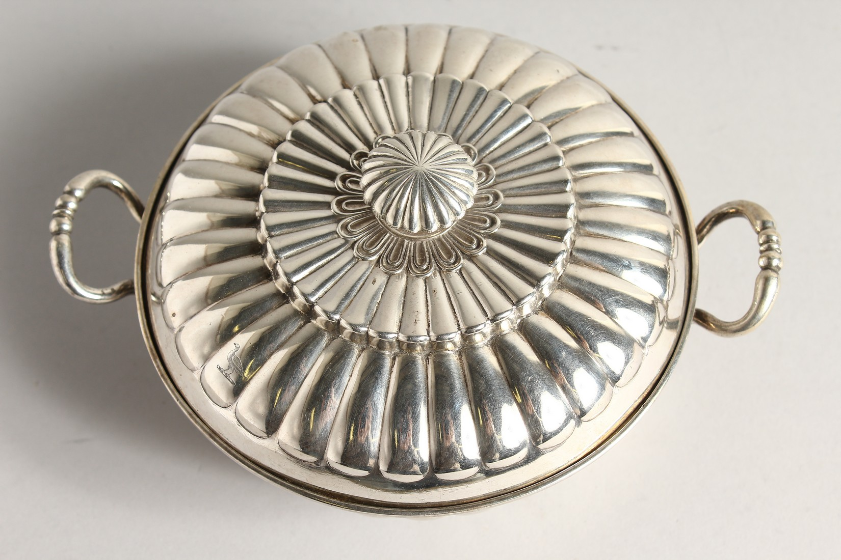 A GEORGE II SILVER CIRCULAR TWO HANDLED ECULLE and cover with fluted decorations. 5.5ins diameter - Image 3 of 7