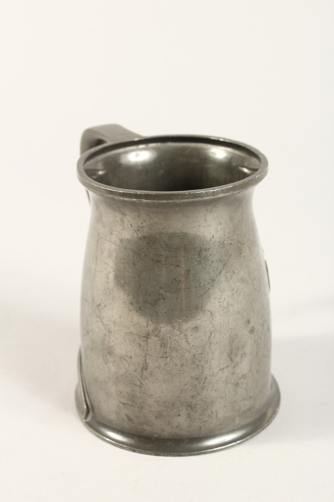 A TUDRIC ARCHIBALD KNOX PEWTER TANKARD with an oval of a golfer No. 066 4.25ins high. - Image 4 of 6