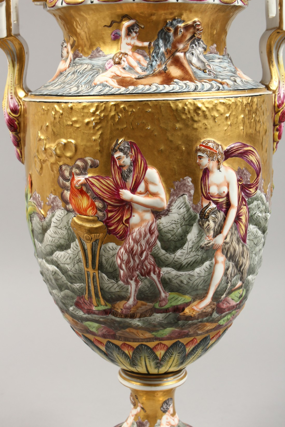 A SUPERB LARGE CAPODIMONTE TWO HANDLED URN SHAPE VASE AND COVER with gilt ground, with classical - Image 10 of 17