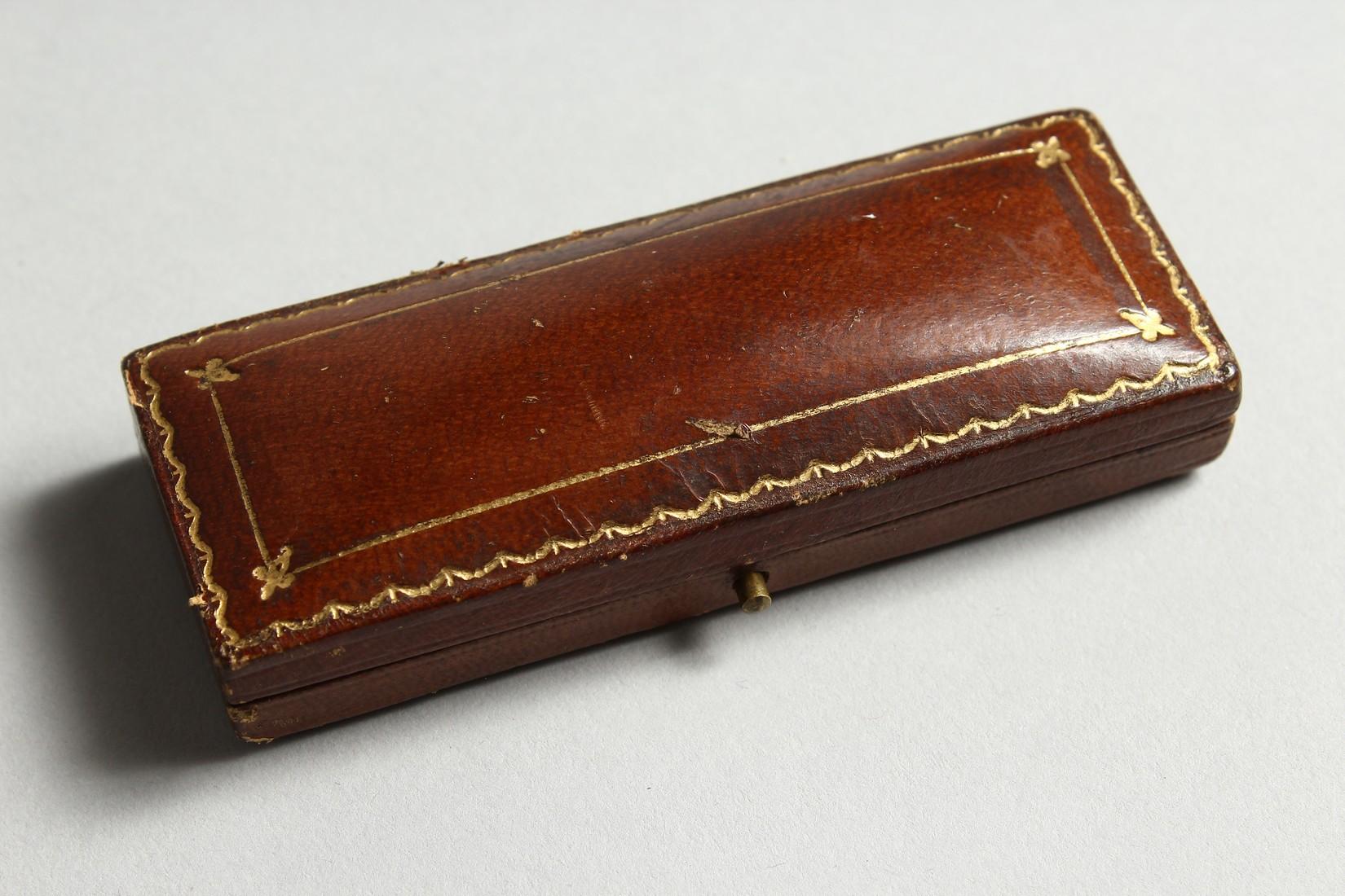 AN ARROW BROOCH PIN. - Image 7 of 7