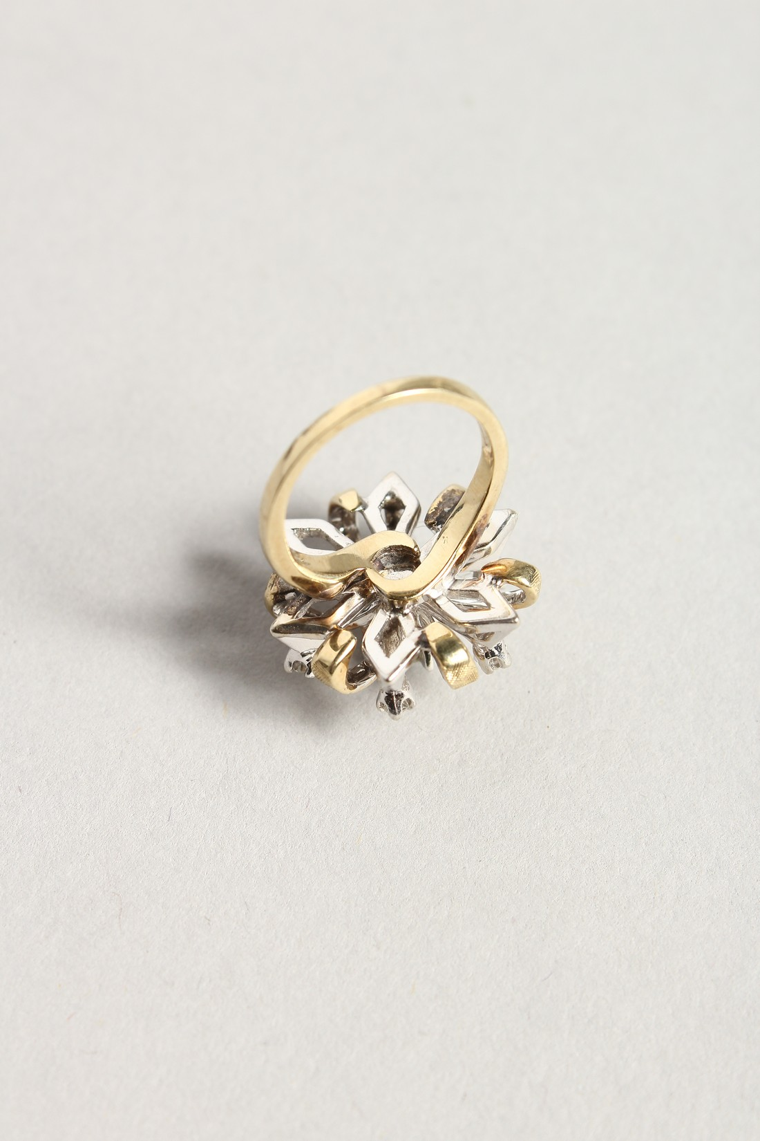 A DIAMOND CLUSTER RING - Image 5 of 6