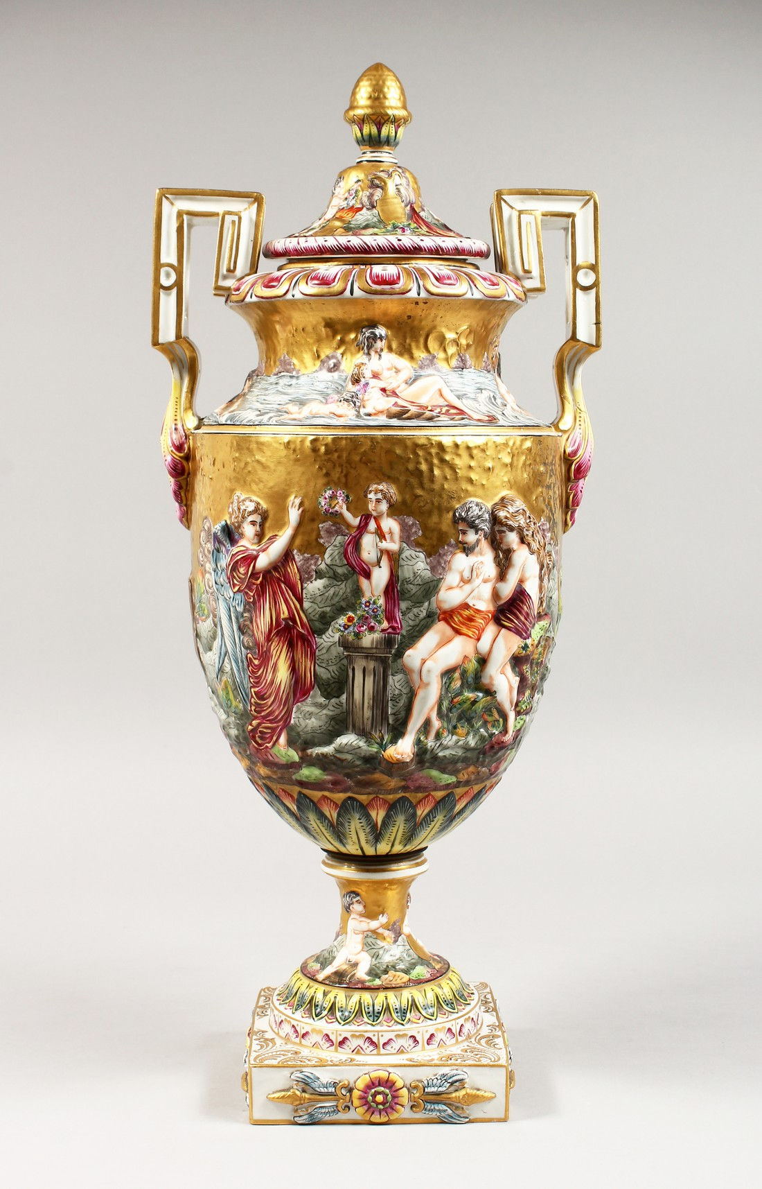 A SUPERB LARGE CAPODIMONTE TWO HANDLED URN SHAPE VASE AND COVER with gilt ground, with classical