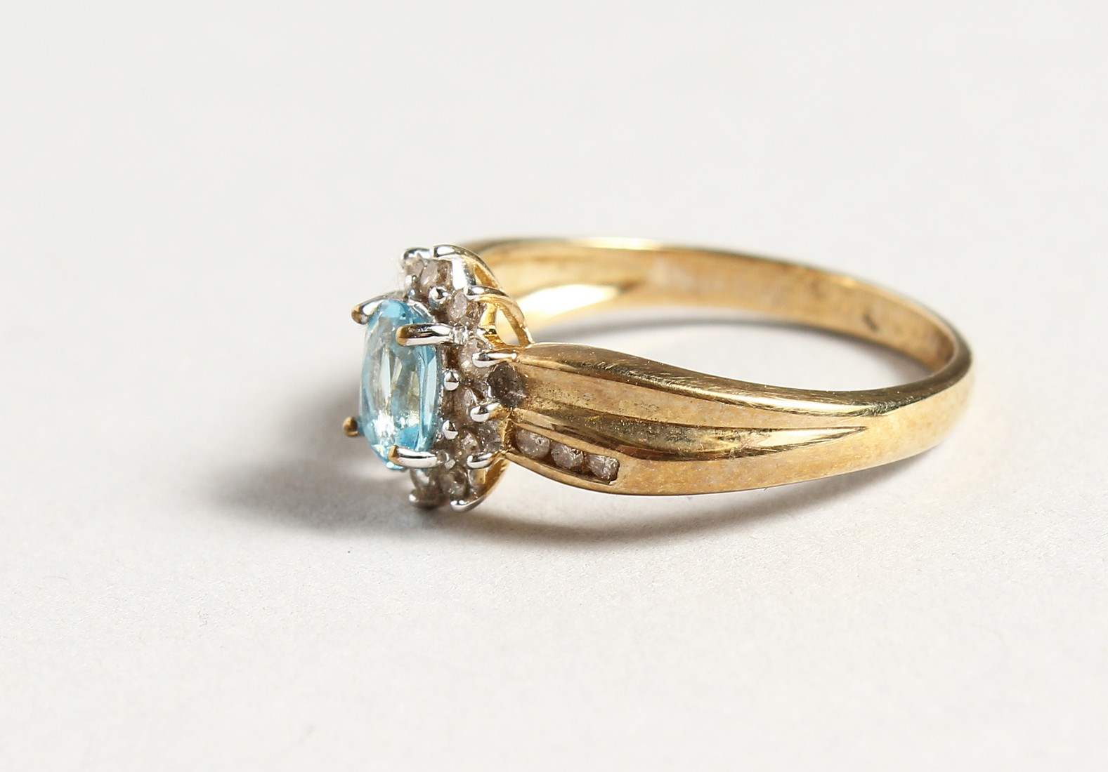A 9CT GOLD BLUE TOPAZ AND DIAMOND CLUSTER RING - Image 2 of 5
