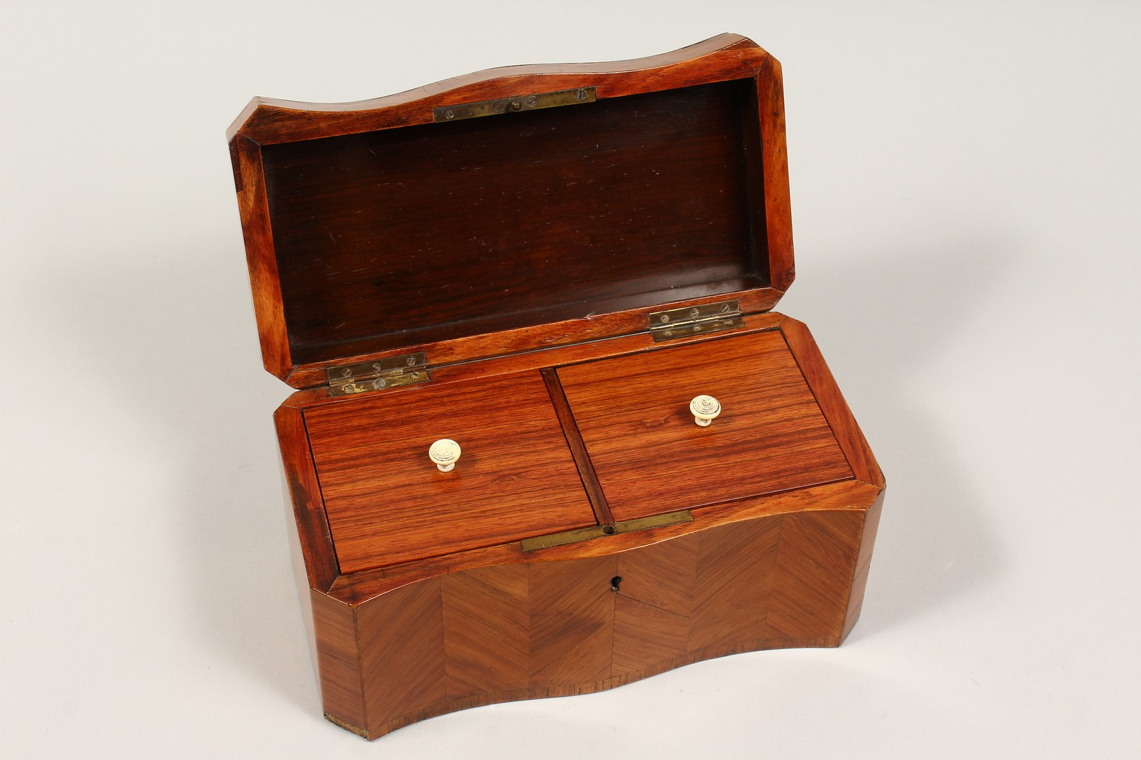 A 19TH CENTURY FRENCH KINGWOOD SERPENTINE-FRONTED TWO DIVISION TEA CADDY with Van Dyck pattern - Image 3 of 6