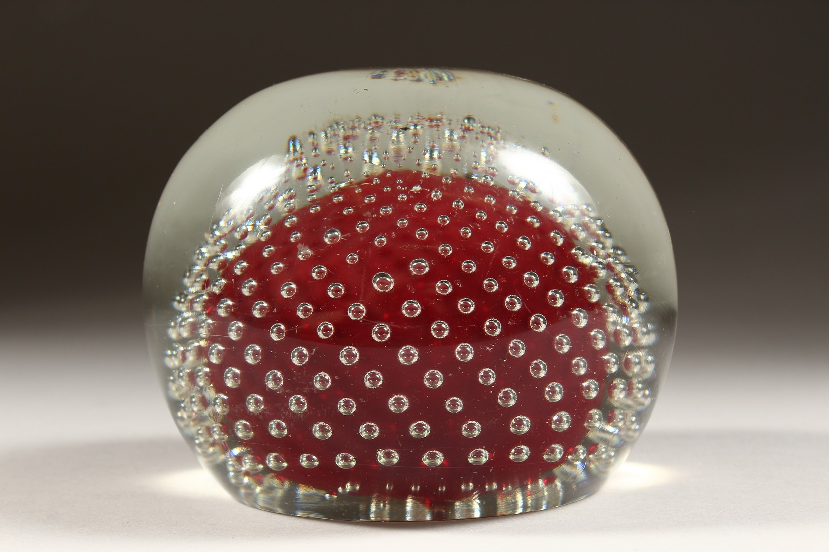 A LARGE GLASS PAPERWEIGHT. - Image 4 of 6